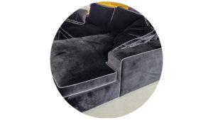 Samtstoff auf Sofa.